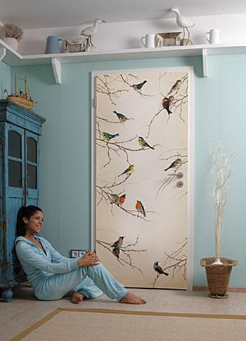 Дверь с рисунком птиц