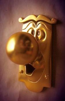 Дверная ручка в шара в качестве носа