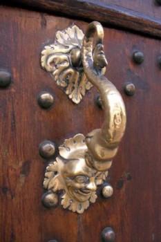 Дверная ручка в виде хохолка у клоуна