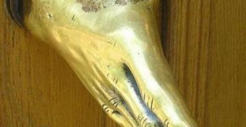 Дверная ручка в виде кисти руки