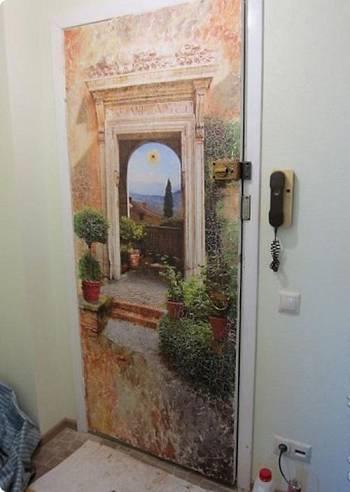На двери нарисована картина