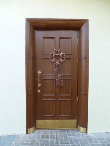 Входные деревянные двери с ключом