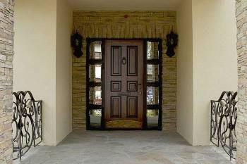 Входная дверь с зеркалами по бокам