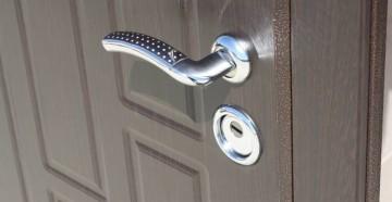 Входная металлическая дверь с ручкой