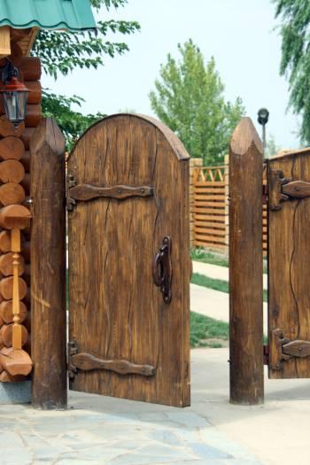 Деревянная стилизованная резная калитка