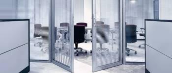 Офисные двери с жалюзями