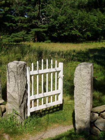 Простая деревянная калитка между камнями
