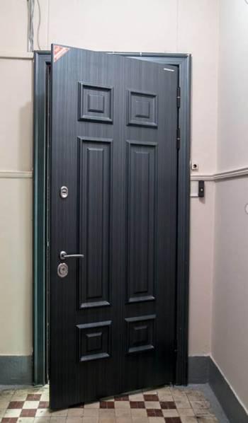 Стальная дверь с декором под деревянную