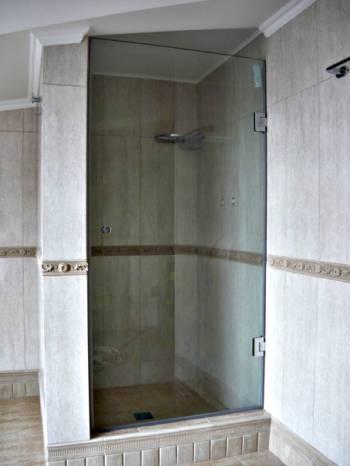 Стеклянная дверь в душевую кабинку