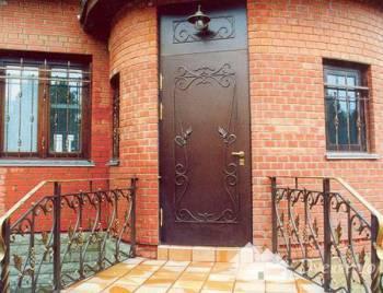 Входная металлическая дверь с ковкой на полотне