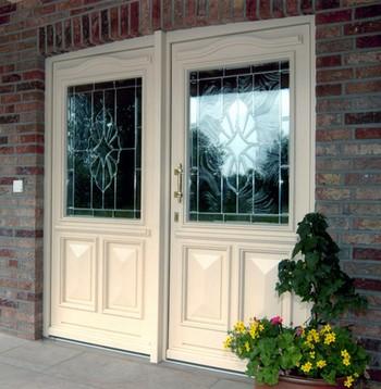 Белая двустворчатая входная дверь в дом