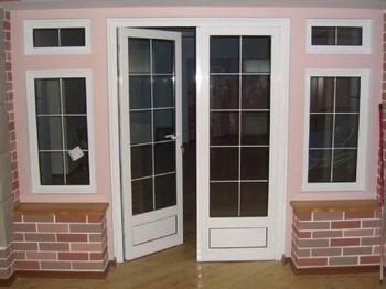 Белые входные пластиковые двери