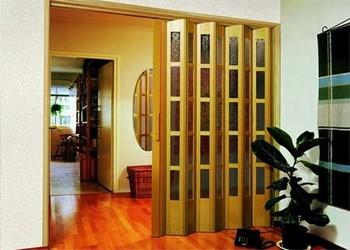 Двери гармошка в комнате