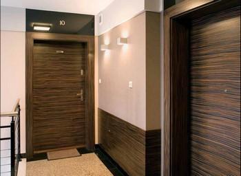 Лестничная клетка с одинаковыми входными дверьми