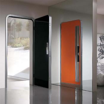 Необычная входная дверь в частный дом