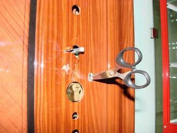 Ножницы воткнуты в металлическую дверь