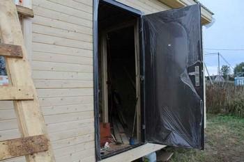 Открытая металлическая дверь в бытовке