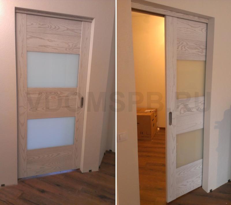 Телескопическая дверь в пенале. Дверное полотно с непрозрачным стеклом и облицовкой из шпона ясеня