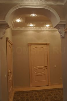 Классические двери с объемными карнизами для интерьера в стиле барокко