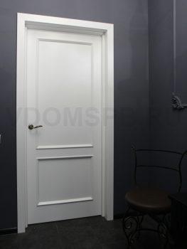 Белая окрашенная дверь